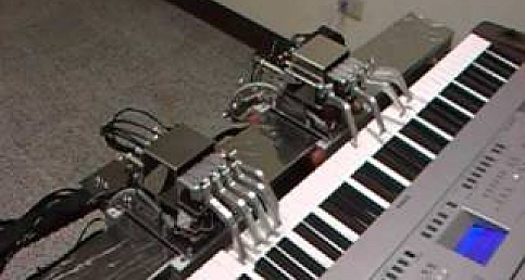 ROBOT PLAYS PIANO - Piyano Çalan Robot